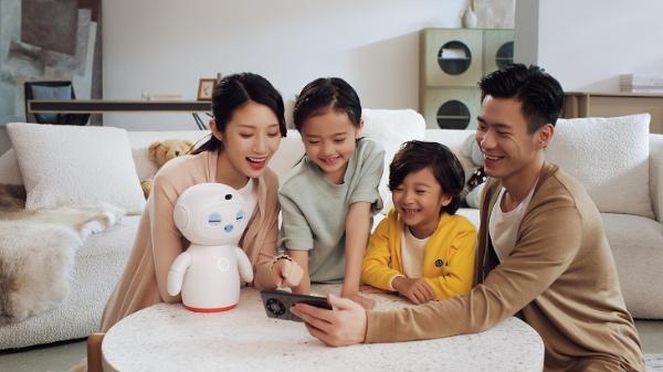 华为发布首个儿童同伴教育机器人 做2000多个表情