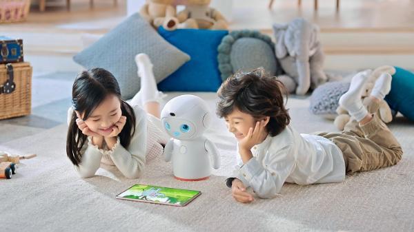 华为发布首款儿童陪伴教育机器人 可做出2000多种表情