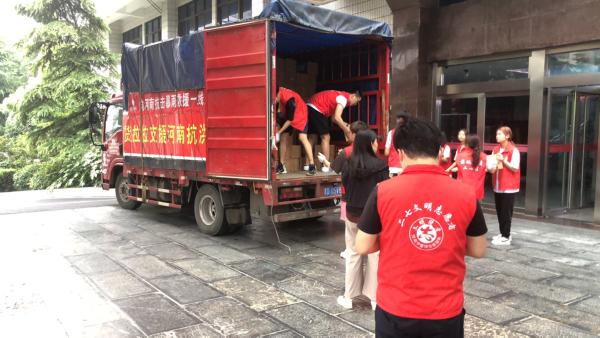 货拉拉集结400多位爱心司机支援河南救灾物资运输