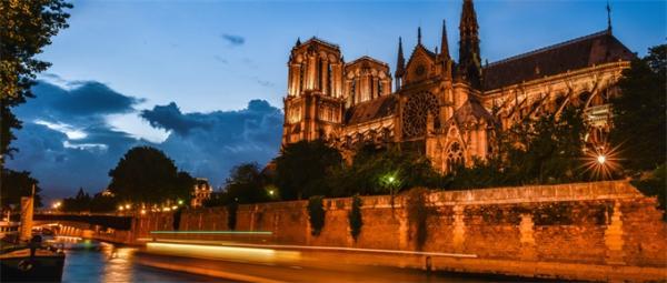"""巴黎圣母院塔尖公鸡失而复得 身藏三件宝贝是巴黎人的""""精神避雷针"""""""