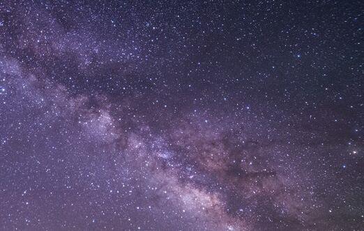 科学家在一个世纪里观测到太空中闪烁着奇怪的光,或与外星人有关