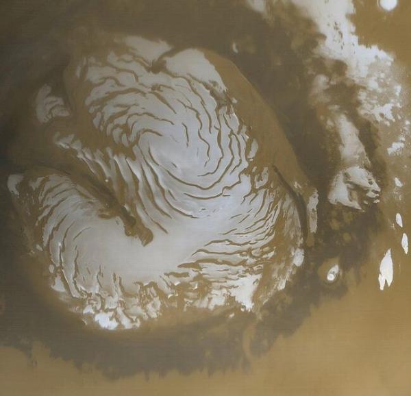 """""""火星快车号""""发回火星北极照片:红白相映 展现奇特荒凉美"""