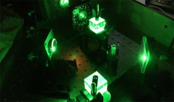 """研究人员开发出一种""""智能""""水凝胶 可让光束之间相互""""交流"""""""