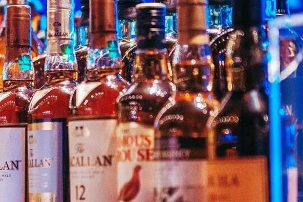 研究:一天一两杯酒或对大脑有好处 男女均适用但不包...