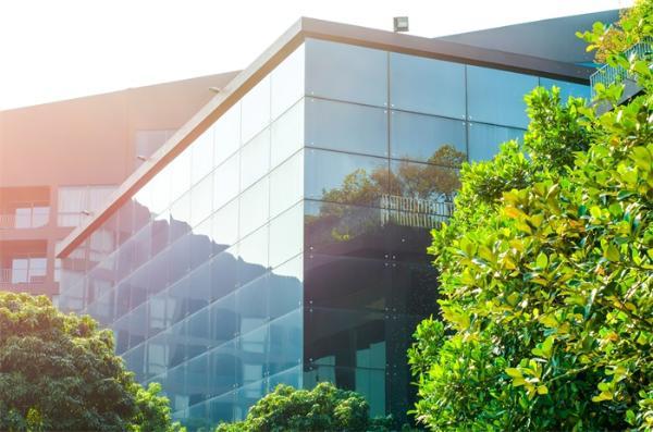 有了这种透明的塑料,窗户就可以变成太阳能导体发电