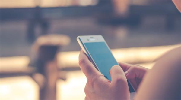 光吃不运动?研究:大学生每天玩手机超过5小时,肥胖风险增加43%
