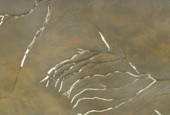 远古火星表面覆盖着厚厚的冰原,而不是自由流动的河流