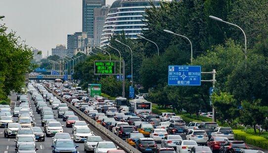 人在囧途!10月1日全国5.5亿人出行 高速堵成公园大爷晨练遛狗