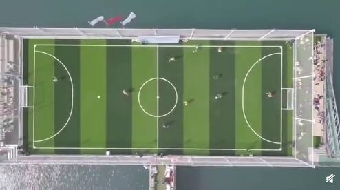 海上踢球!中国首座海上球场在青岛亮相 足球场与篮球场可无缝转换