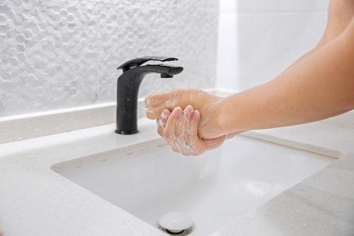 起反作用?公共洗手液或传播细菌 洗手液替代香皂仍需时日
