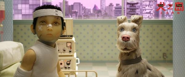 由韦斯安德森执导的动画电影《犬之岛》于4月20日登陆内地各大院线,独特的叙事方式和韦斯安德森经典迷人的美学风格令该片上映后引发观众热议,相信在即将到来的五一小长假中会吸引到更多的观众走进影院一探究竟。今日片方再度曝光一只原片片段。阿塔里和首领等五只小狗为了寻找点点,动身前去拜访以智慧著称的朱庇特和先知。 阿塔里带伤追寻爱犬 五狗忠诚护卫令人泪目 今日发布的片段中,为了找回心爱的小狗点点,阿塔里带着首领公爵老板国王君主五只狗狗,在危机四伏的垃圾岛中奔走寻觅,最终