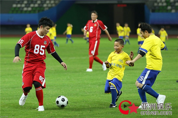 """菲戈儿童节挑战300位足球少年 跑男团温柔发挥被赞""""有"""