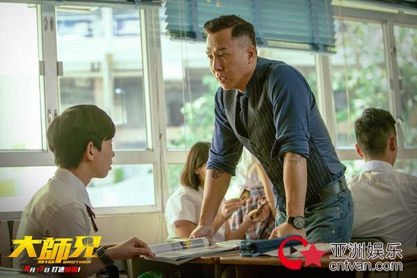 """电影《大师兄》曝""""无敌青春""""海报 甄子丹辣手调教""""熊孩子"""""""