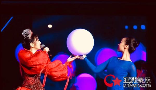 萨顶顶挑战超高难度唱腔 央视七夕晚会首度献唱《香蜜沉沉烬如霜》主题曲《左手指月》