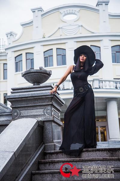 玩转黑色美学,张咪All Black尽显哥特女王风范!