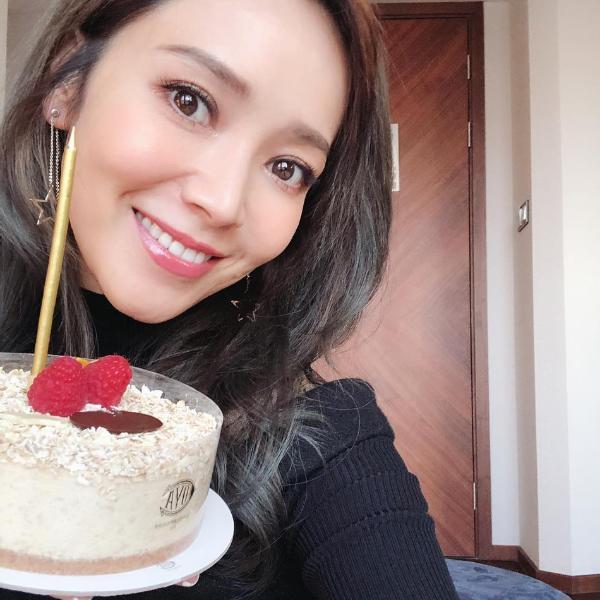 侯佩岑晒40岁庆生照捧蛋糕自拍 甜笑自侃变老是种优势