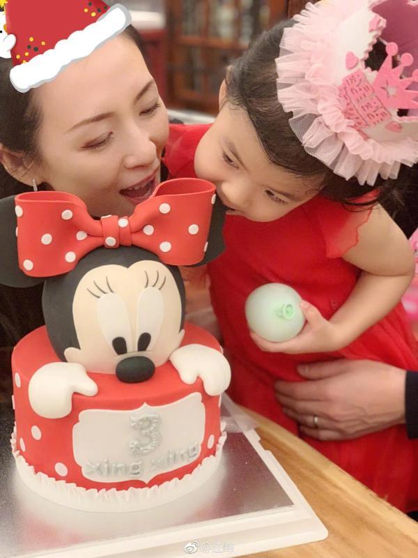 汪峰为醒醒庆祝三岁生日 章子怡小苹果笑容同样甜美