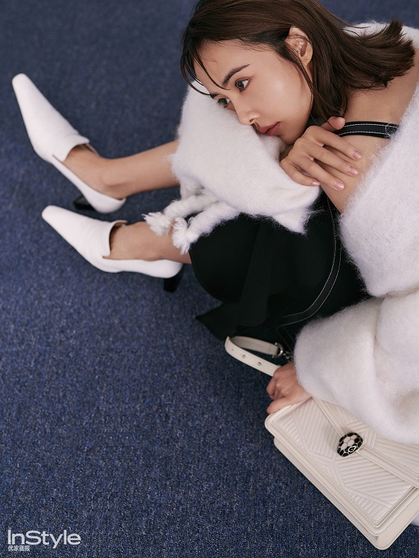 服装的经典黑白灰配色令她宛如都市干练女强人,而温暖的大地色妆容,更