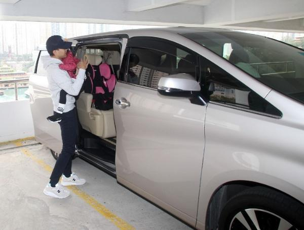 刘恺威离婚后首抱小糯米现身 避谈杨幂及女儿抚养权