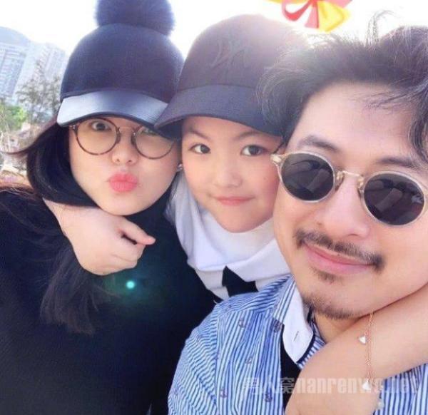 吴佩慈女儿背名包 星二代的奢华生活令人咂舌