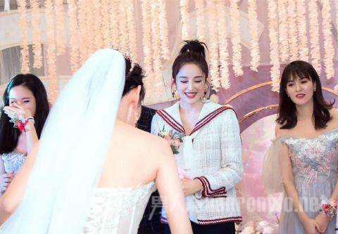 娜扎在好友婚礼上跳舞 还接到新娘捧花怎么回事