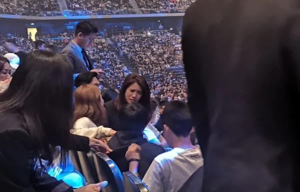 老夫老妻仍有情有趣!张智霖袁咏仪看演唱会甜蜜瞬间被捕获
