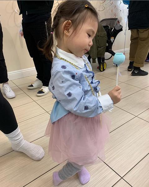陈冠希为2岁女儿办生日派对 一家三口同框吹蜡烛