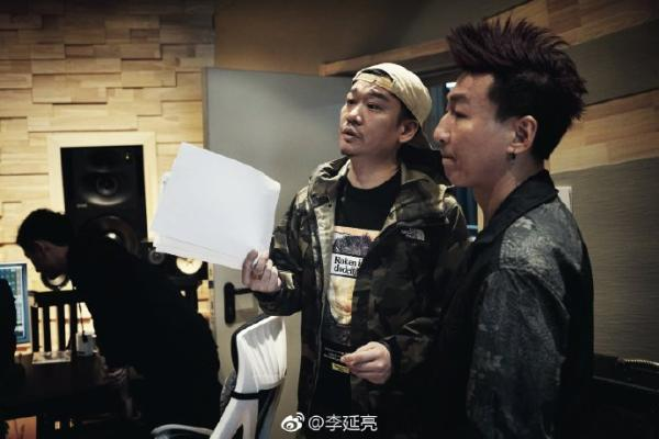 陈羽凡吸毒风波后现身录音棚 衣着时尚头上抹发胶