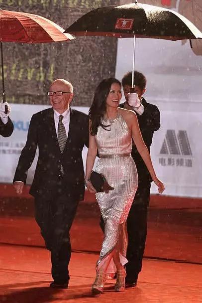 邓文迪16岁千金为父庆生 88岁默多克送子女过百亿资产