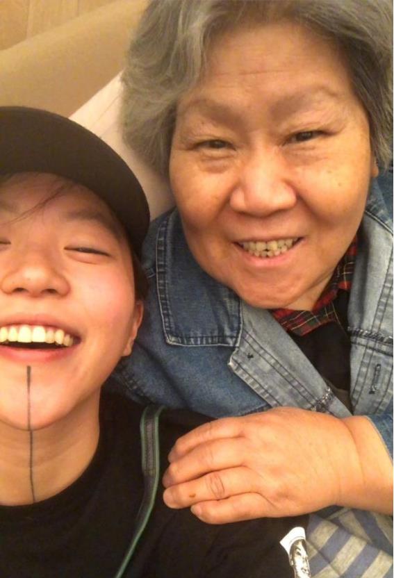窦靖童晒与奶奶合照 两人笑容灿烂眉宇神似