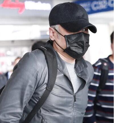 51岁吴秀波出轨风波后首现身,头发花白像老汉