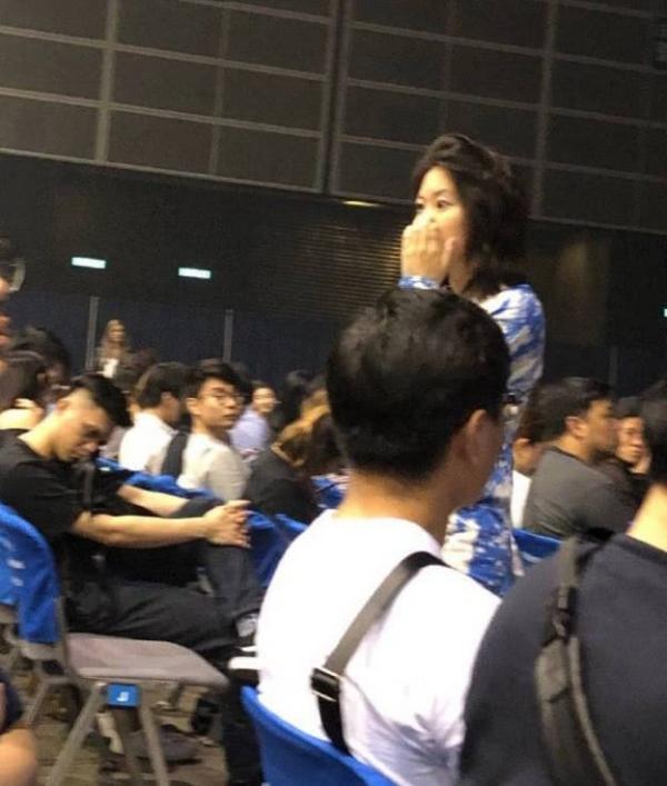 偶遇窦靖童携周迅看演唱会 两人穿着简单大方素颜出镜