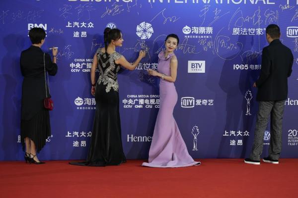 第9届北影节闭幕!刘嘉玲关晓彤惠英红等群星闪耀红毯