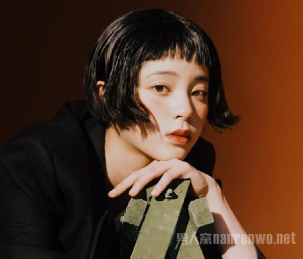 照片上,欧阳娜娜一身黑色装扮,留着与大s同款的短发,眼神清冷,复古感图片