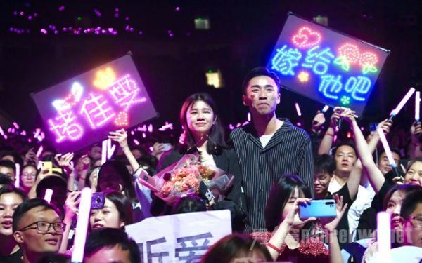 王力宏回应索吻 老婆李靓蕾难过发文 网友被喂狗粮