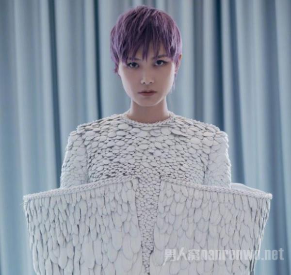 李宇春白色羽毛装 荣获最佳着装!网友却如此评价!
