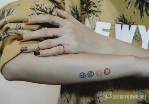 泫雅系纹身引潮流 与男朋友金晓钟开微博 进军中国?图片