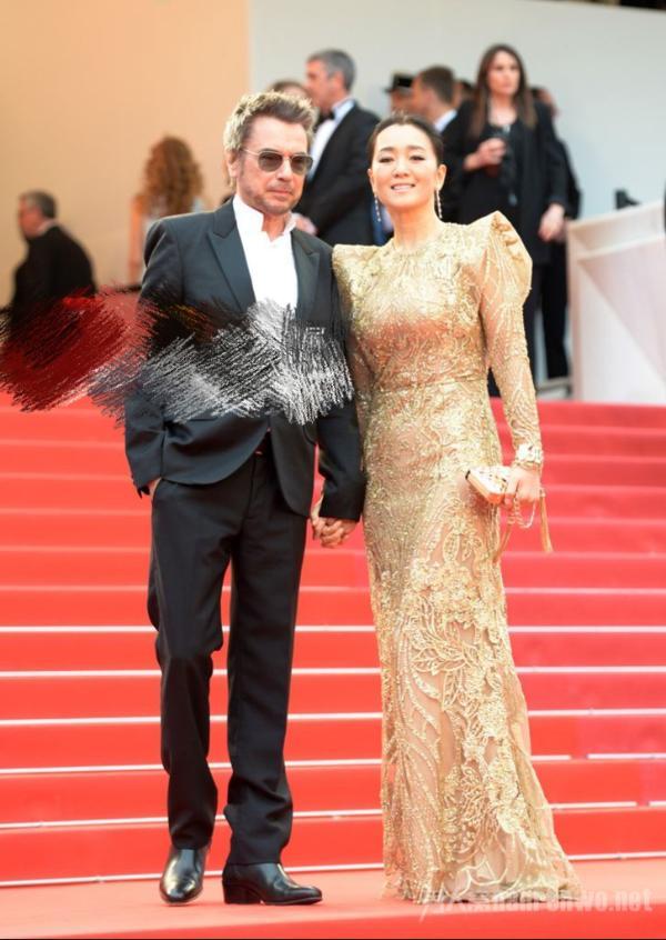 巩俐夫妻牵手走红毯 和71岁法国老公高甜亮相