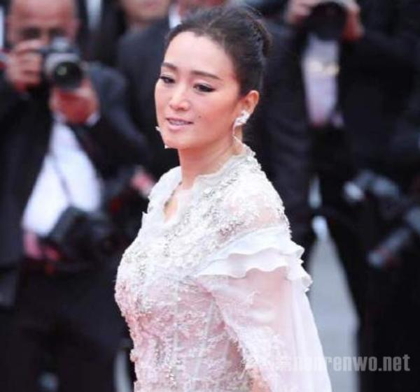 巩俐白色披风纱裙