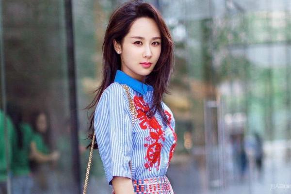 杨紫搂着林允怕她摔倒 林允发文感谢 杨紫又上热搜?