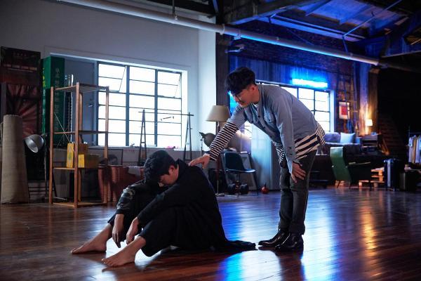 张信哲新歌《没资格难过》MV上线 艾伦首秀诠释灵魂舞者