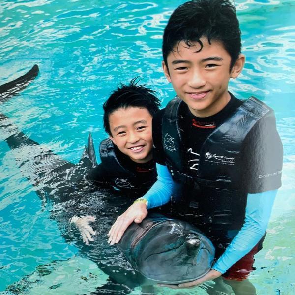张柏芝晒俩儿子与海豚合照一个调皮可爱一个帅气耍酷
