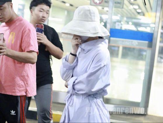赵丽颖现身机场引轰动!产后恢复超好的她是要复出了吗