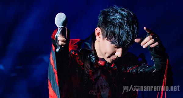 林俊杰演唱会中途呼吸困难 太敬业了 他现在怎么样了?