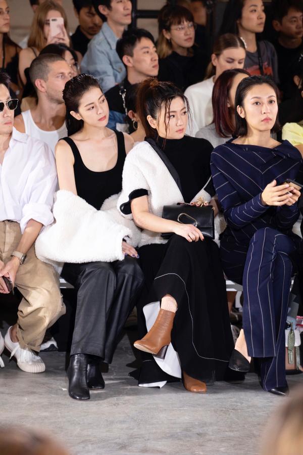 任容萱挑战性感酷帅风 与姐姐Selina合体助阵纽约时装周