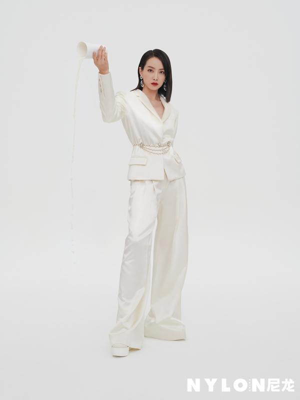 宋茜最新封面大片释出 百变西装展自信态度