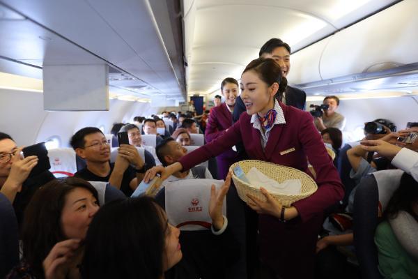 《中国机长》万米高空首映礼 李沁张天爱化身空姐为乘客分发老干