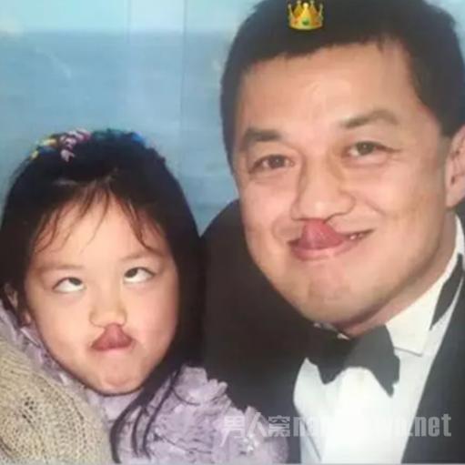 李嫣晒童年合影为李亚鹏庆生 父女搞怪造型 遮盖唇腭裂