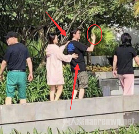 偶遇冯绍峰夫妇出游 勾肩搂腰 一个举动透露真实情况