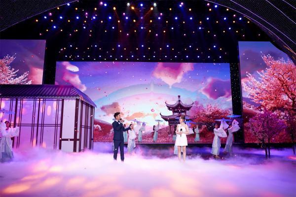张晓龙张佳宁共度中秋团圆夜 亲身示范中华传统礼仪